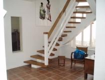 Einholm-Treppe – 2x viertel gewendelt – Eiche weiß lack – mit freitragenden Krümmlinge