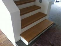 Stufen auf Betontreppe – gerader Lauf – Eichestufen + Stoß weiß lack – zwischen Wände