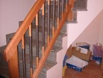 Geländer auf Betontreppe – 2×45° gewendelt – Buche gedämpft – mit Krümmling – Stäbe Holz-Stahl