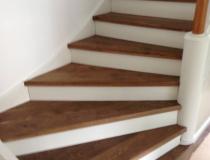 Teppenrestaurierung – Stufen Eiche + Stoß weiß – gewendelt mit Podest