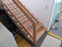 Stufen auf Betontreppe – gegen-läufig mit Podest – Rot Eiche – Geländer – mit Edelstahlstäbe