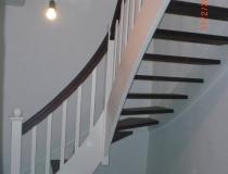 viertel gewendelt – Buche weiß lack – Stufen gebeizt  – Eckpfosten + eckige Stäbe