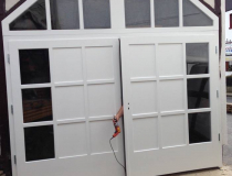 Garagentor und Nebentor – Meranti weiß lack – mit Glas und Sprossen