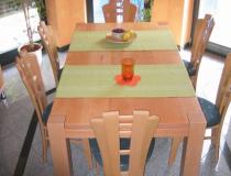 Tisch  Buche gedämpft – lackiert – mit durchgehenden Füßen
