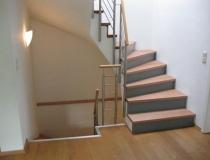 5   Stufen auf Betontreppe – halb gewendelt – Buchestufen + Stoß grau lack – Geländer Edelstahl