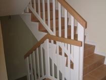 Geländer auf Betontreppe – gegen-läufig mit Podest – Buche weiß lack – mit eckige Stäbe