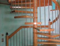 1  Spindeltreppe Buche gedämpft – mit Geländer + Edelstahlstäbe – Pfosten Zylinder-Kegel