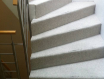 Treppenrestaurierung – Stufen Buche – Stoßbretter grau-lackiert – halb-gewendelt