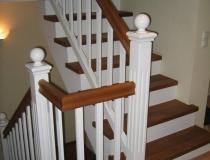 Stufen auf Betontreppe – gegen-läufig mit Podest – Eiche weiß lack – Geländer Landhausstil