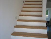 Stufen auf Betontreppe – gerader Lauf – Eichestufen + Stoß weiß lack