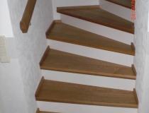 Stufen auf Betontreppe – viertel gewendelt – Eichestufen + Stoß weiß lack – zwischen Wände mit Podest und Wandabschlußleisten