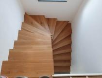 Modern – Holzstufen mit Eisengeländer Montage = auf Beton = Stufen in Ast-Eiche + Setzstufen in weiß-lack 9010 = mit Pulver beschichtetem Eisen-Geländer