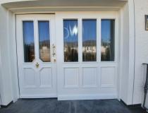Holztür mit Stahlkern = Landhaus Stil = mit großen Seitenteil = 3-Fach Wärmeschutzglas = Profilleisten = Oberfläche weiß-lack = Beschlag Messing