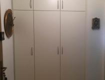 Garderoben-Schrank – Einbauschrank mit Drehtüren = Schubladen + verstellbare Einlegeböden + Kleiderstangen = Front in weiß lack RAL 9010