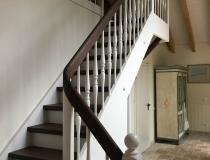 Stufen und Handläufe in Antik-Eiche = mit Podest – Setzstufen + Wangen und Geländer in weiß-lack RAL-9010 lackiert