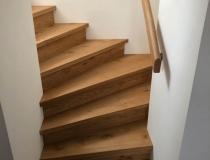 Massive Holz-Stufen in europ. Ast-Eiche auf Betontreppe – 1x viertel gewendelt + Setzstufen in massive Asteiche = mit Geländer und Handlauf