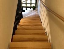 Massive Holz-Stufen in Kernbuche = in Natur geölt = auf Stahlkonstruktion = 1x viertel gewendelt  + mit Handläufe an der Wand
