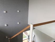 MODERNE Podest-Treppe = euro. Ast-Eiche Natur geölt = Geländer weiß-lack 9010 = mit Sicherheits-Glas