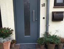 Holztür mit Stahlkern – 1-flg. – Wärmeschutz-Milchglas SATINATO – Edelstahl Beschläge – Endlackiert RAL-7012 Basaltgrau