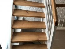 SCHÖNE Treppe = viertel-gewendelt – Stufen und Handlauf in Asteiche Natur geölt = Geländer mit Eckpfosten in weiß-lack