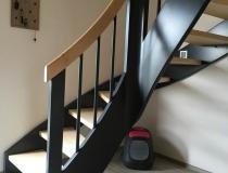 Moderne Treppe – 2x gewendelt – Stufen und Handlauf in Ahorn – mit Krümmlings Pfosten – mit LED Lampen