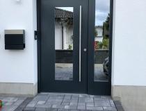 Moderne Haustüre in Holz mit Stahlkern Einlage – mit Seitenteil – Spiegelglas mit Wärmeschutz – Edelstahl Griffstange – Endlackiert Anthrazit RAL 7016