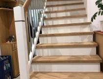 Stufen und Handlauf in Eiche Natur geölt = Stoßbretter und Geländer in weiß lack RAL-9010 = mit V2A-Edelstahlstäbe